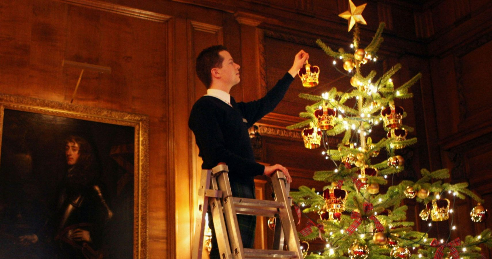Buckingham Palace Is Decorated For The Holidays Thetalko